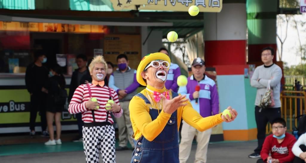 「歡樂35好時光」戶外秀,與現場民眾近距離互動演出,深獲遊客喜愛。圖/劍湖山世界提供。