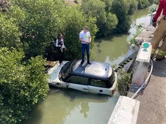 小客車擦撞衝入大排險滅頂 情侶站車頂驚險獲救