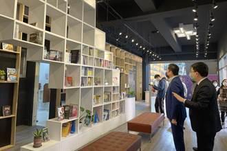 竹市社區共讀站重開放 林智堅體驗建功高中智慧化圖書館