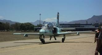 玻利維亞空軍「練8」教練機砸入民房 造成1死2傷