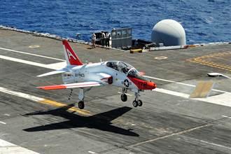 美國海軍T-45「蒼鷹」教練機墜毀  2飛行員輕傷