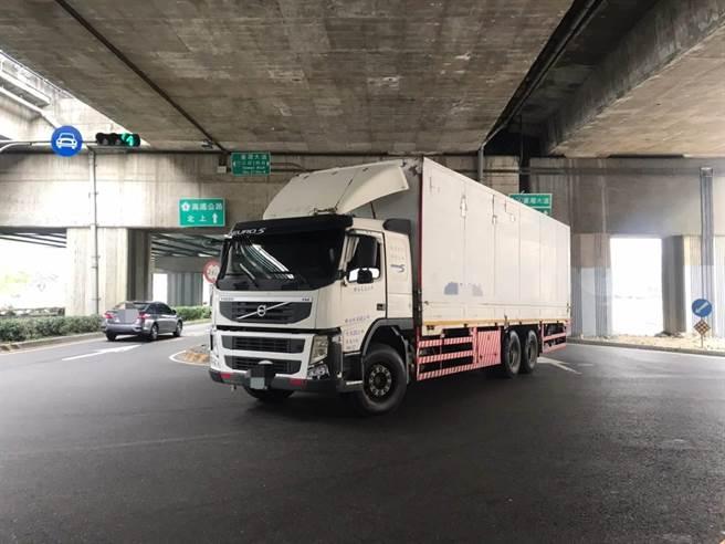 警方指出,該貨車司機,當時不熟悉當地路況,因依賴手機導航指引,卻不慎誤上慢車道。(台中市警察局提供/張妍溱台中傳真)