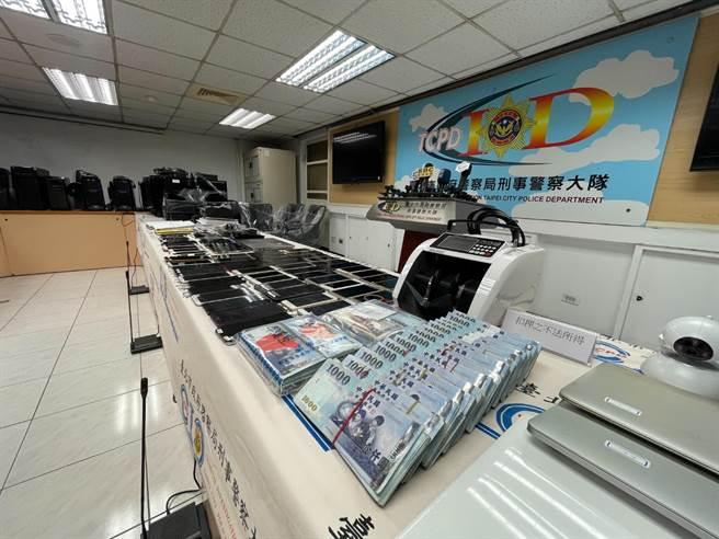 警方查扣賭博網站200多萬現金及手機。(警方提供,文:陳鴻偉)