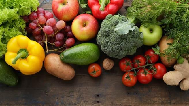 各種顏色的蔬菜天天吃,等於吃進了豐富的葉酸、鐵和鈣質,維生素A、C也通通補好補滿。(示意圖/Shutterstock)