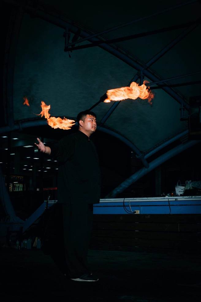 熱氣球活動現場有火舞表演、音樂演出、熱氣球光雕、煙火秀,與互動泡泡秀。(陳淑娥攝)