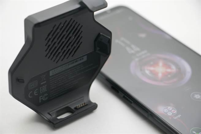 空氣動力風扇5是台灣版本ROG Phone 5的標準配備,因為手機側邊接口設計與前一代不同,ROG Phone 5不能使用前一代的空氣動力風扇3。(黃慧雯攝)