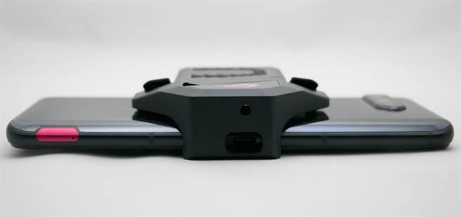 ROG Phone 5安裝空氣動力風扇5底部畫面。(黃慧雯攝)