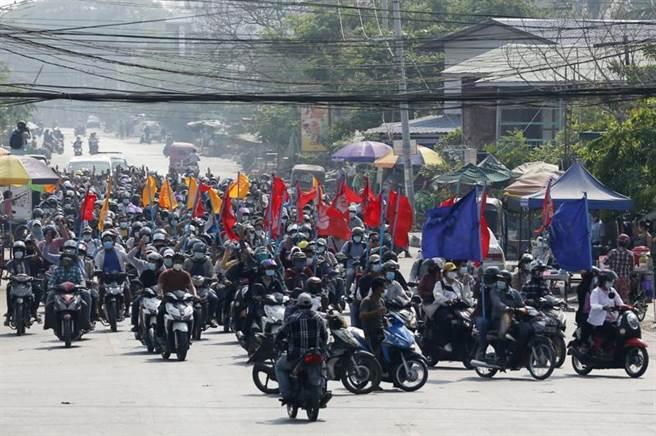 緬甸號召舉辦無聲罷工運動,結果有約100名超市和百貨公司員工被官方「召集」,警告他們不許參與反軍方的罷工行動。(圖/美聯社)
