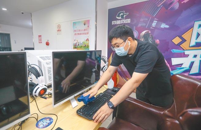 過去個人電腦稀缺年代,很多大陸年輕人在網咖感受網路樂趣,如今網咖已漸漸退流行。(中新社)