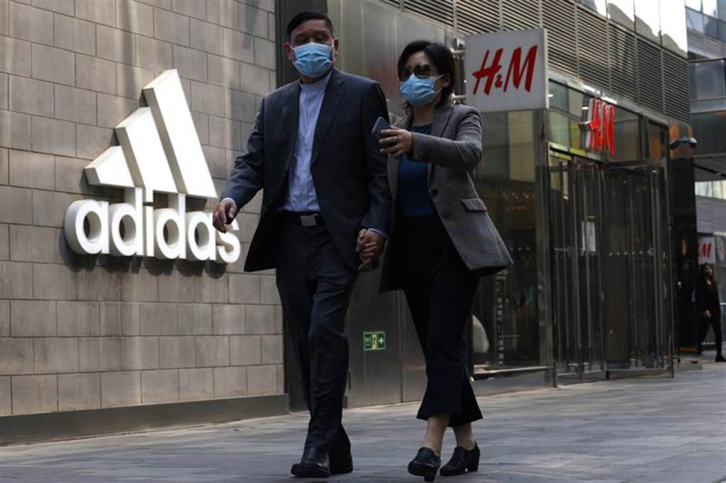 在中國與西方國家形成嚴峻的對抗形勢之際,這場以新疆棉花為標的、抵禦外侮的愛國風潮來得正是時候。(圖/美聯社)