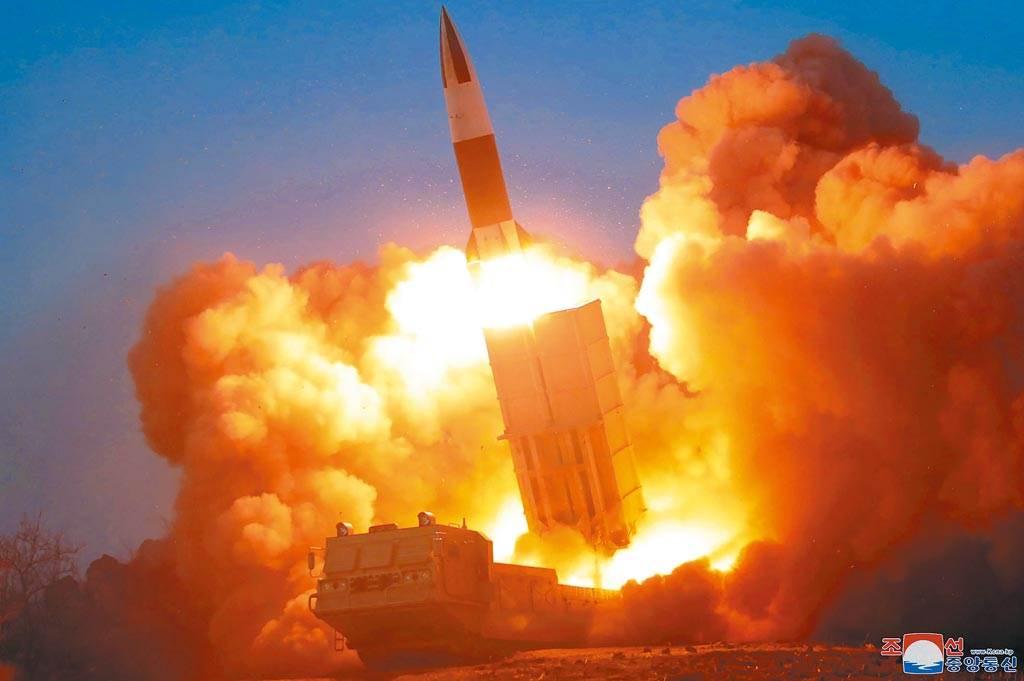 圖為去年3月21日,北韓試射火箭。(美聯社)