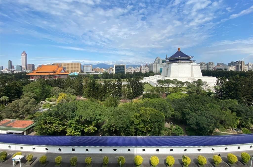 「中正首賦」位中正紀念堂、國家兩廳院第一排指標案,擁7萬5000坪永久棟距景觀。(業者提供)