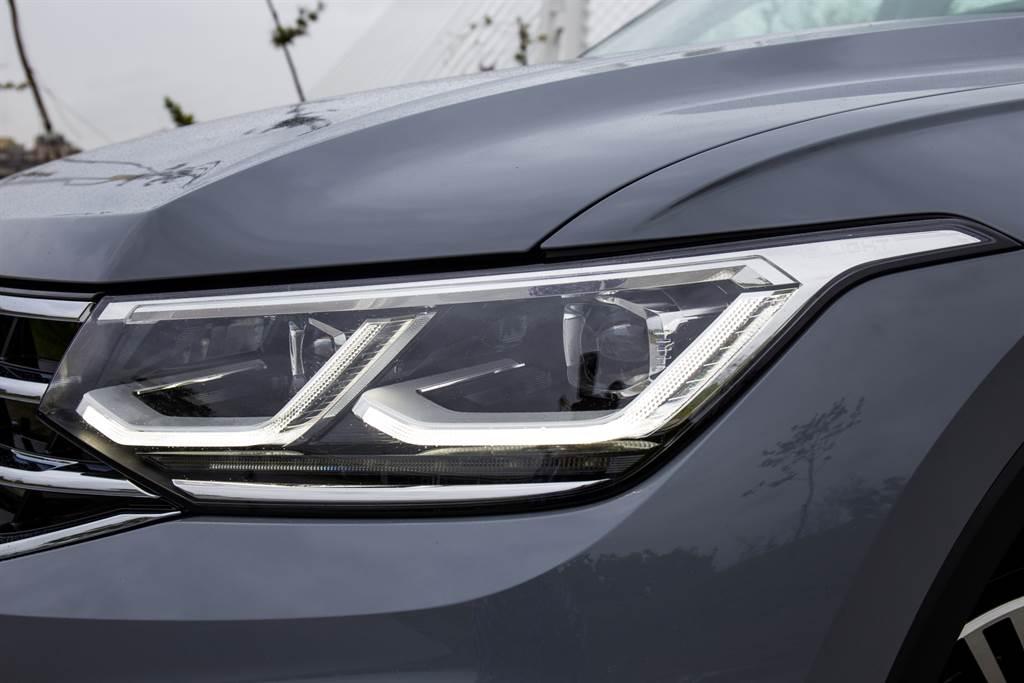 全車系頭燈皆採LED作為光源,在Elegance以上車型更標配LED Matrix矩陣式頭燈,由24顆獨立LED模組構成,具備AFS主動轉向、遠近燈自動遮蔽等功能。(陳彥文攝)