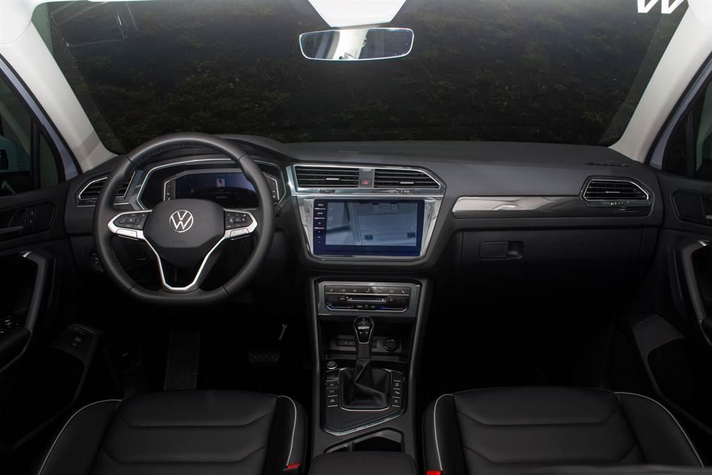 車內設計與小改款前大致相同,主要差異在於方向盤換上新的品牌Logo、新式排擋頭與觸控式空調面板。(陳彥文攝)
