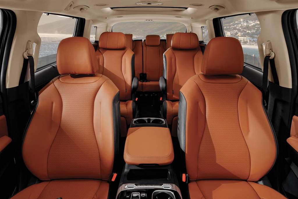All-new Carnival搭載同級唯一的Panoramic環景式數位座艙,由12.3吋整合智慧型全數位儀表,搭配12.3吋多媒體影音觸控系統,展現KIA All-new Carnival的創新科技與奢華氣息。