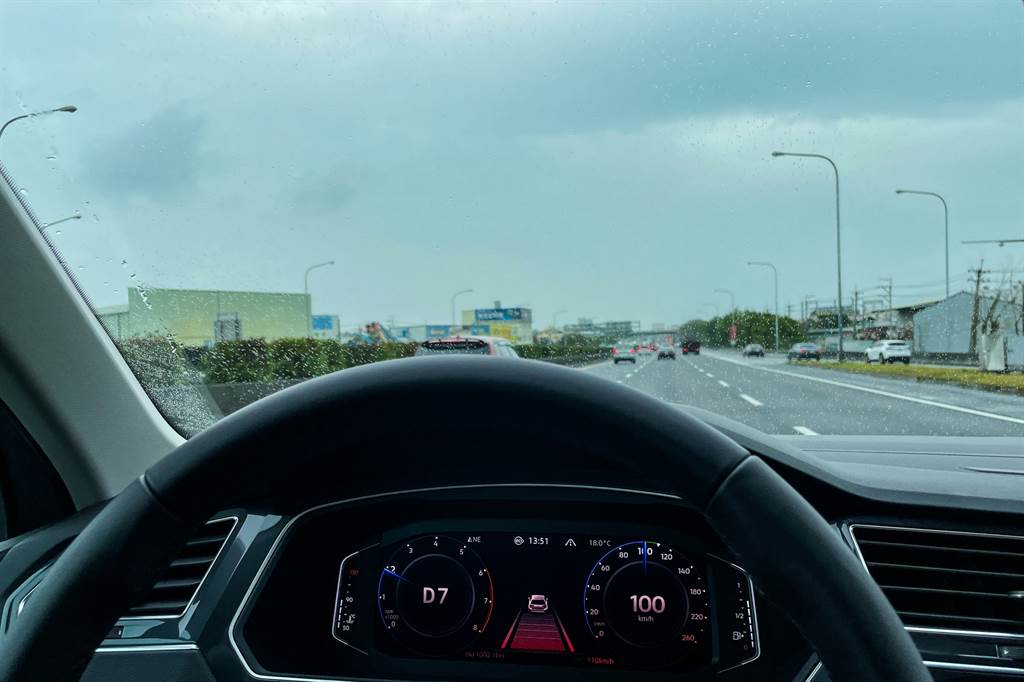 在小改款前Tiguan就已具備包含全速域ACC、主動式車道修正等達Level 2的駕駛輔助系統,在小改款過後將操作方式略為改變,只需一個按鍵就能開關包含ACC與車道維持兩功能在內的Travel Assist智慧車陣穿梭功能。(陳彥文攝)