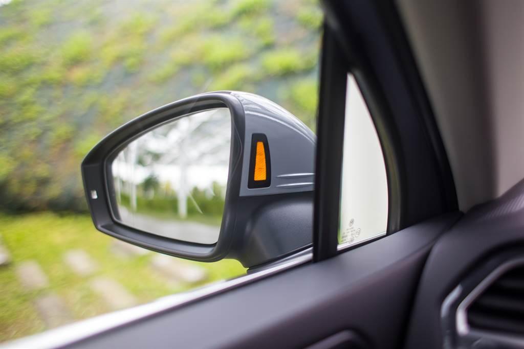 車側盲點警示、RTA後方車流警示(含煞車輔助)也是小改款前就具備的駕駛輔助配備,顯眼的顯示於後視鏡內側亦是Volkswagen車款的特色之一。(陳彥文攝)