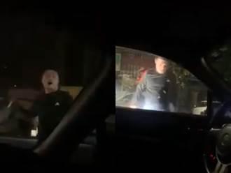 被按喇叭就不爽 屁孩騎士狂追砸爆轎車 駕駛躲車內哭求援