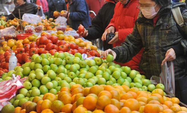 常在市場收攤前多買降價水果?營養師提醒:風險不小 - 健康