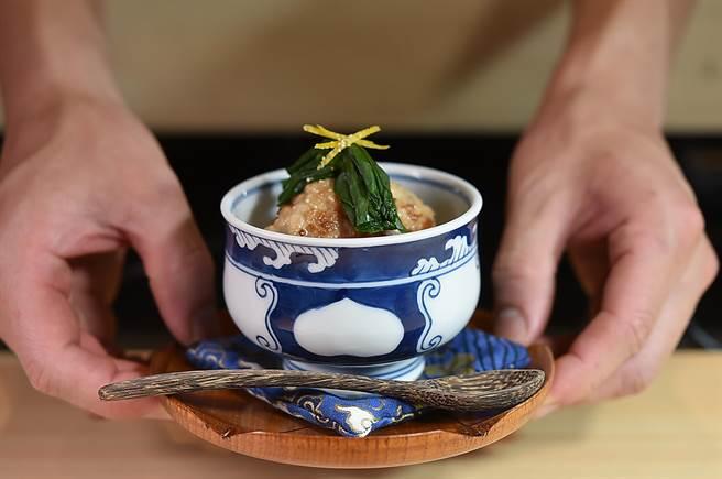 台北東區新餐廳〈貴 壽司.割烹〉Omakase套餐中的熱食不少,圖為〈手工雞肉丸.高山蘿蔔〉。(圖/姚舜)