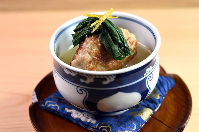 〈手肉雞肉丸.高山蘿蔔〉的雞肉丸是用雞腿肉和豬肉絞肉,加了洋蔥、薑末製作,並和高山蘿蔔一起以用了雞湯與柴魚湯煨煮入味。(圖/姚舜)