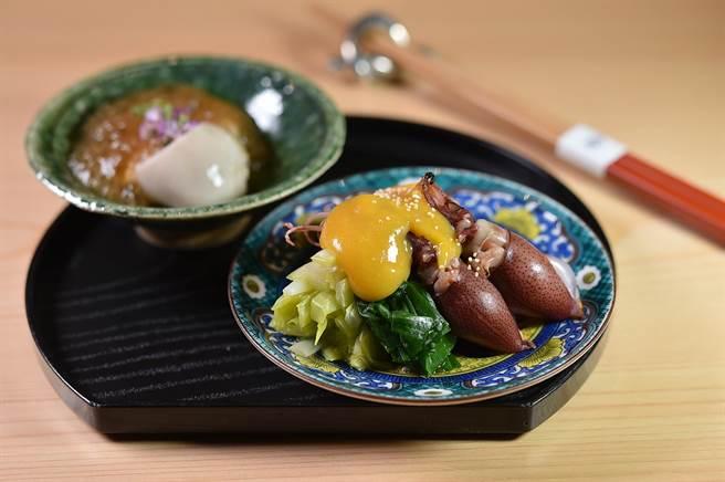 〈螢烏賊.拌菜〉的螢烏賊用了蛋黃醋味噌提味,並搭配韭黃、三星蔥一起呈盤。(圖/姚舜)
