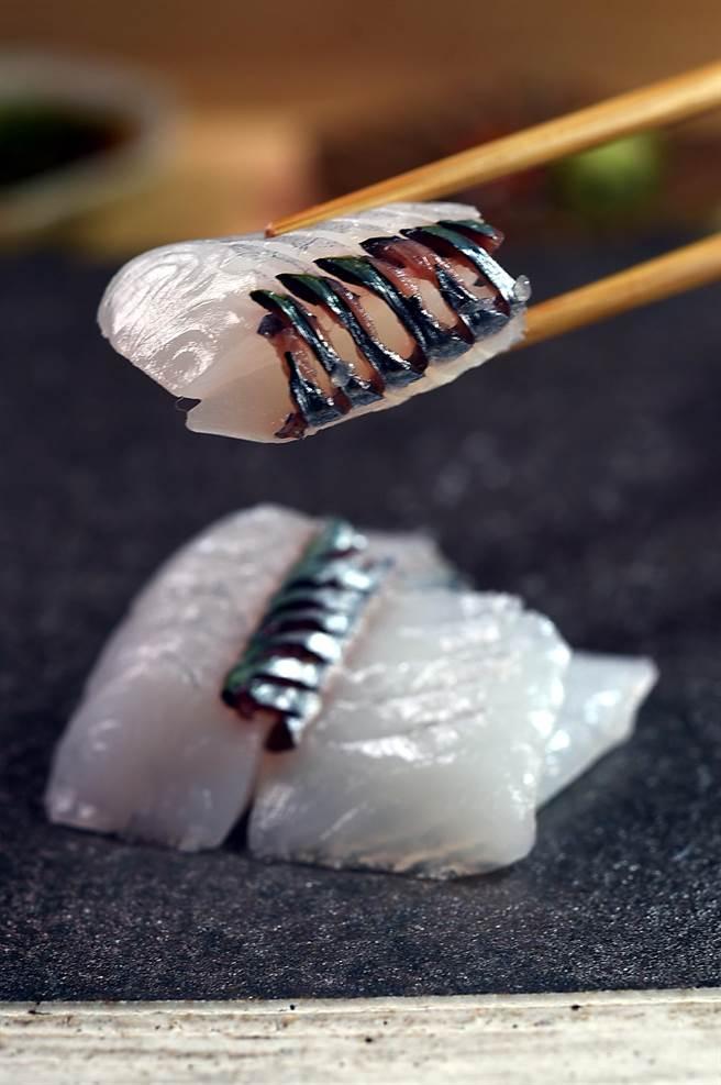 台灣野生手釣水針魚,肉質飽滿細緻並帶有甜味,〈貴 壽司.割烹〉主廚只用海 鹽稍微醃漬即切魚呈盤,保持其原始海味。(圖/姚舜)