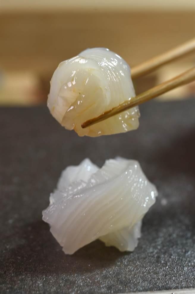 來自基隆的軟絲,重1.5公以上,肉厚飽滿,〈貴 壽司.割烹〉主廚以以刀工切出細痕,方便食客咀嚼。(圖/姚舜)