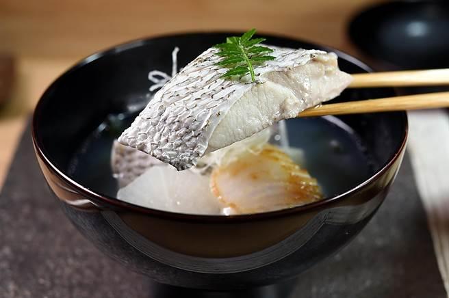 台灣海域的「加志魚」在日治時代受到日本天皇喜歡,所以被稱為「天皇魚」,〈貴 壽司.割烹〉用來和干貝搭配製作「碗 物」呈現。(圖/姚舜)