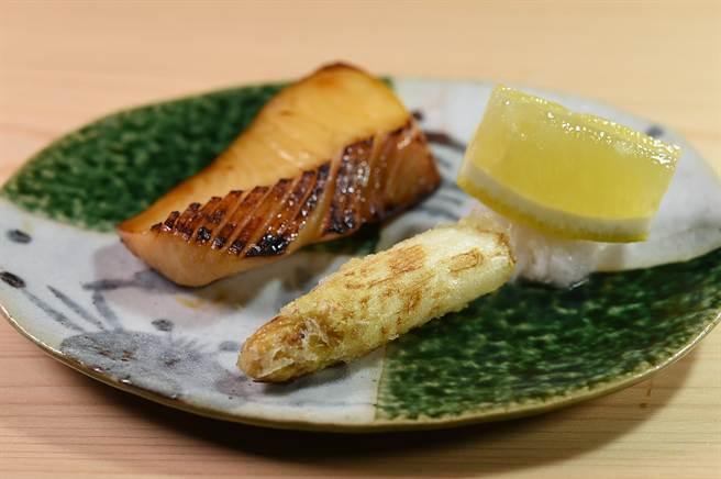 ~時值白蘆筍產季,〈貴 壽司.割烹〉的〈白鯧柚庵燒〉呈盤時還搭配了一輕炸白蘆筍。(圖/姚舜)