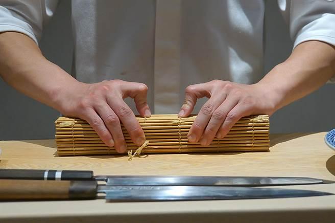 〈貴 壽司.割烹〉的Omakase套餐中有一道〈鯖魚棒壽司〉,客人在板前可睹製作過程。(圖/姚舜)