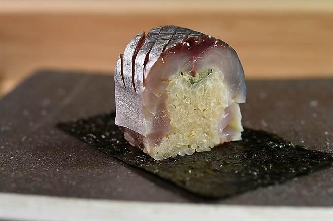 〈鯖魚棒壽司〉是經典的關西壽司,在〈貴 壽司.割烹〉可品嘗到這種壽司。(圖/姚舜)