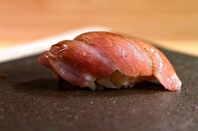 赤海膽的風味濃郁甘美,〈貴 壽司.割烹〉的赤海膽來自北海道根室。(圖/姚舜)