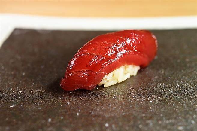 〈黑鮪刺身握壽司〉的鮪魚肉用醬油醃漬,在魚肉和醋飯間並用芥末提味。(圖/姚舜)