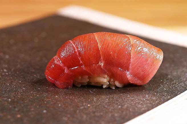 貴 壽司.割烹〉的〈黑鮪大腹握壽司〉,為減少油膩並增加香氣,O-toro內側會炙燒後覆蓋在醋飯上。(圖/姚舜)