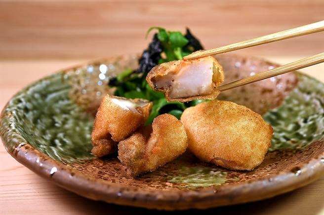 〈鮑魚/河豚白子柿種炸〉是將鮑魚和河豚白子分別刷上蛋白,再沾柿種粉輕炸,的食材用料講究,作功精緻細膩。(圖/姚舜)