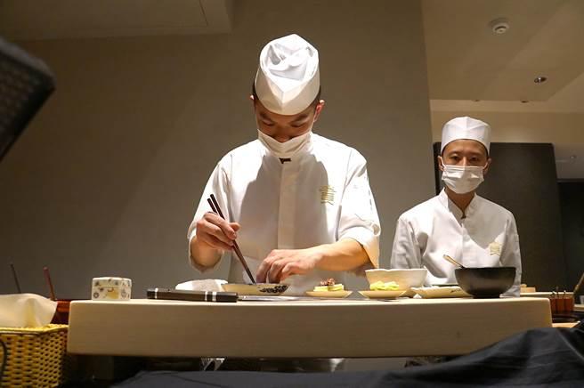 〈貴 壽司.割烹〉的主廚林聖閔81年次,不到30歲卻有超齡的廚藝表現。(圖/姚舜)
