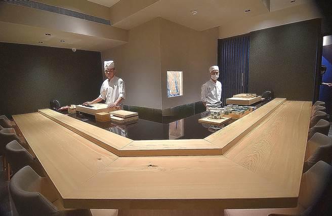 位在台北市忠孝東路三段正義國宅的〈貴 壽司.割烹〉,一個餐期最多只接待12位客人。(圖/姚舜)