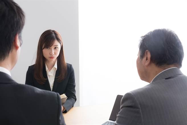 有女網友分享,日前去一家公司面試,過程中面試官用言語騷擾她,讓她崩潰逃離現場。(達志影像/示意圖非當事人)