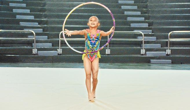 因為姐姐而加入體操隊的和平國小二年級張右忻,在瑞星盃中拿下徒手、全能項目2面金牌。(林和生攝)