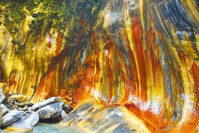 哈尤溪枯水期的限定美景,卻因一場雨勢讓旅遊亂象現形,霧台鄉公所已允諾改善。(林和生攝)
