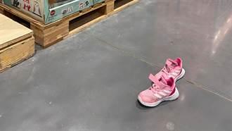 好市多地上驚見一雙「灰姑娘運動鞋」 網爆黑暗內幕