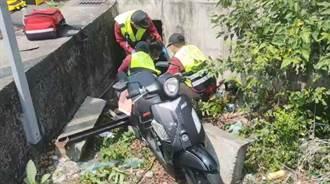 騎機車突然暈眩 母女撞號誌桿摔進水溝
