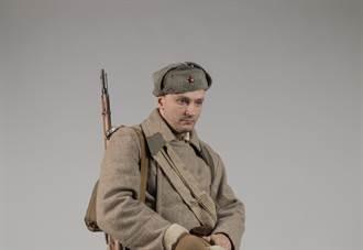 地鐵站驚現「時空旅人」 他曬1930年士兵證急問:我的部隊在哪