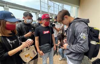 春季聯賽》賽後開起球迷見面會 陳冠宇簽名、拍照來者不拒