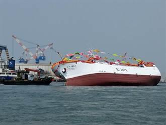 尷尬!高雄700噸新漁船才下水秒翻覆 立刻拖回維修