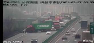 先卡船後卡路?陸網瘋傳:長榮貨櫃打橫堵住高速公路