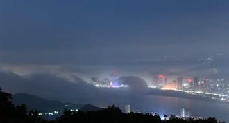 關渡大橋被吞下肚!海霧沿淡水河口灌入台北市區 震撼影片曝光