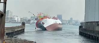影片曝光 新船熱鬧下水才10秒 船體瞬間往右舷側翻 岸邊一片驚呼