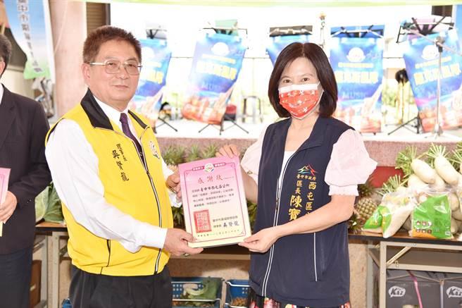 台中市廣福關懷協會送鳳梨、高麗菜,助弱勢挺農民。(盧金足攝)